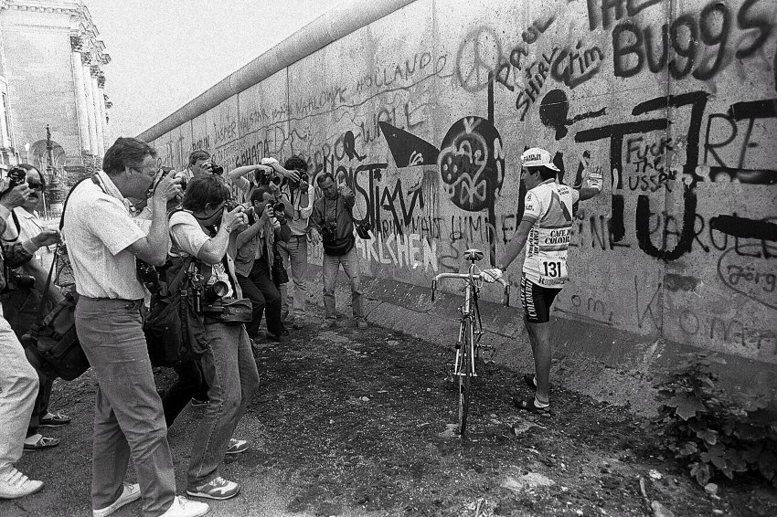 1987: Colombian rider Luis Herrer posing in front of the Berlin Wall, celebrating Berlin's 750th birthday.