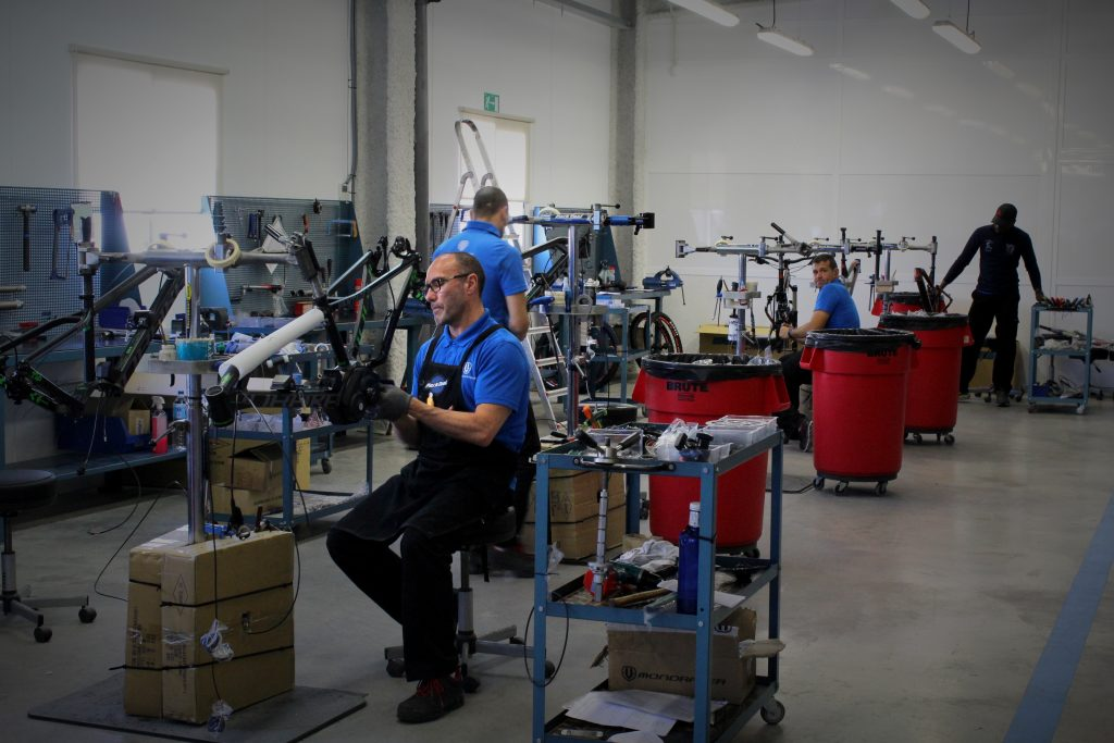 At our headquarters in Alicante, the engineers and the product development team work hand in hand. We assemble the bikes in Spain at Mondraker with qualified experts. There are around 25 people building the bikes, including frame construction or completing the bikes.
