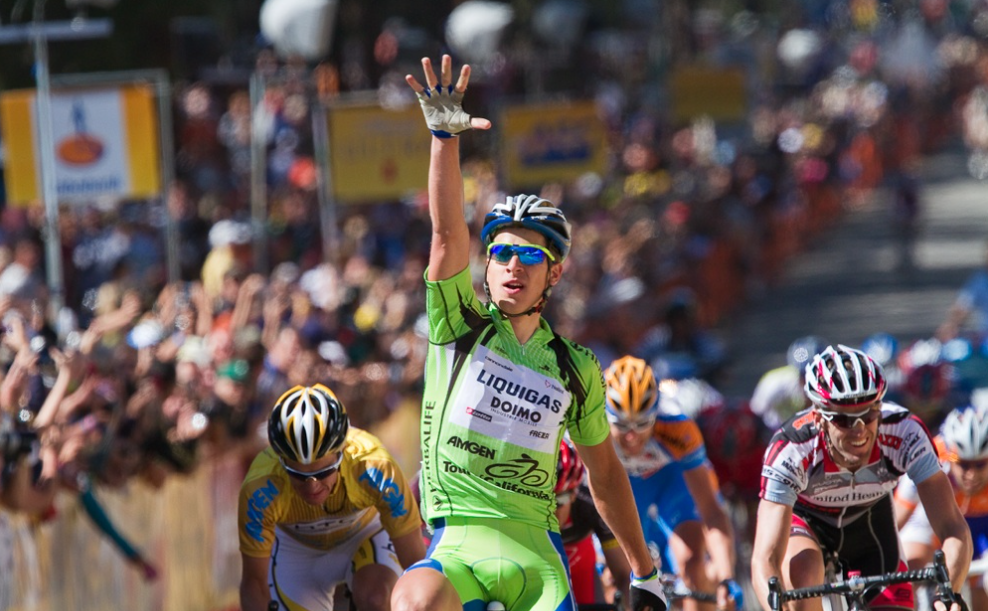 Here is his five-finger salute for his fifth professional victory in 2010.